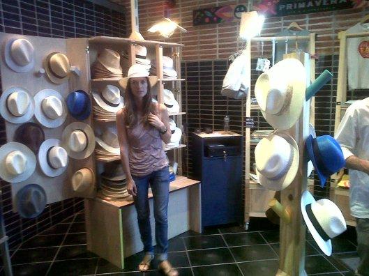 puesto de sombreros de paja en Madrid