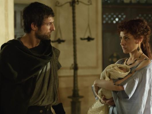 Claudia (Nathalie Poza) presenta a Marco (Jesús Olmedo) su hijo