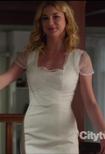 Revenge Emily vestido blanco