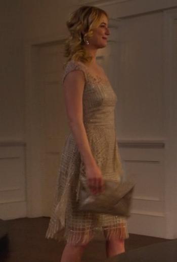 Revenge Emily vestido plateado